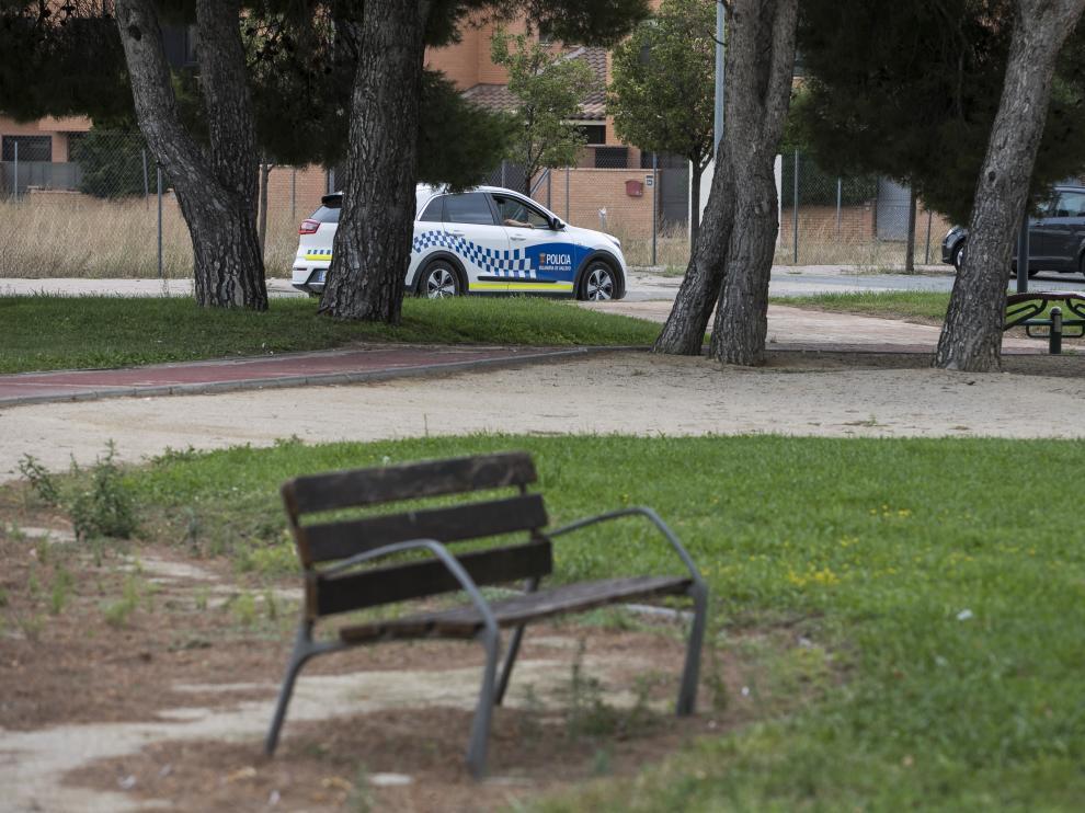 Una patrulla de la Policía Local de Villanueva, ayer, a pocos metros del lugar del suceso.