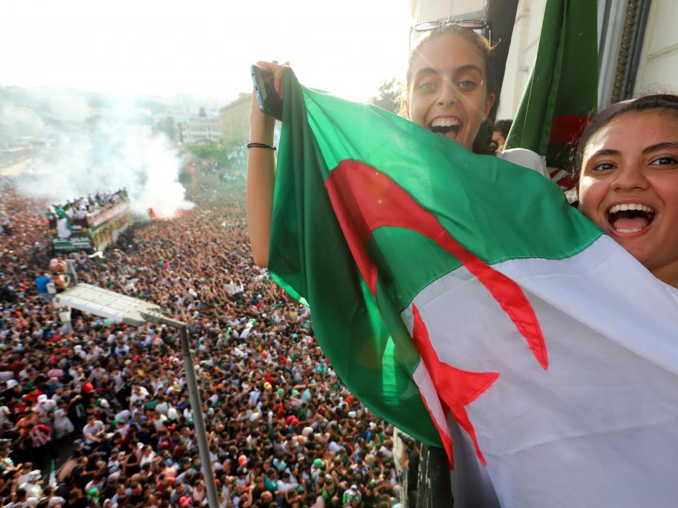 Algiers (Algeria), 20/07/2019.- Algerian soccer fans cheer while the Algerian national soccer team players take part in an open-top bus parade in the strreets of Algiers , following their victory in the 2019 Africa Cup of Nations (CAN) in Algiers, ALgeria, 20 July 2019. Algeria celebrates their second Cup of Nations win. (Abierto, Argel) EFE/EPA/MOHAMED MESSARA Algeria celebrated their second Cup of Nations win