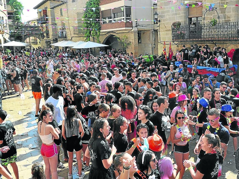 Chupinazo y gaseosada en La Fresneda antes del pregón de inicio de las fiestas.