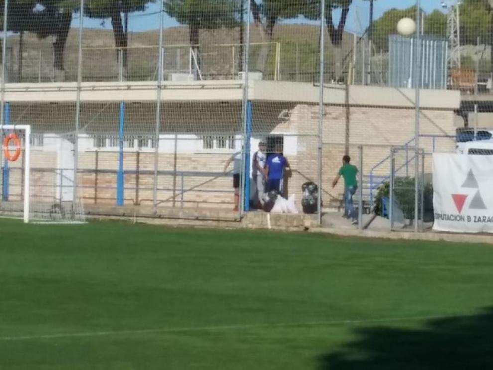 Verdasca, de blanco y con gorra negra, en la mañana de este jueves en la Ciudad Deportiva, donde recogió sus enseres personales y se despidió de la gente del Real Zaragoza para viajar por la tarde a Israel.