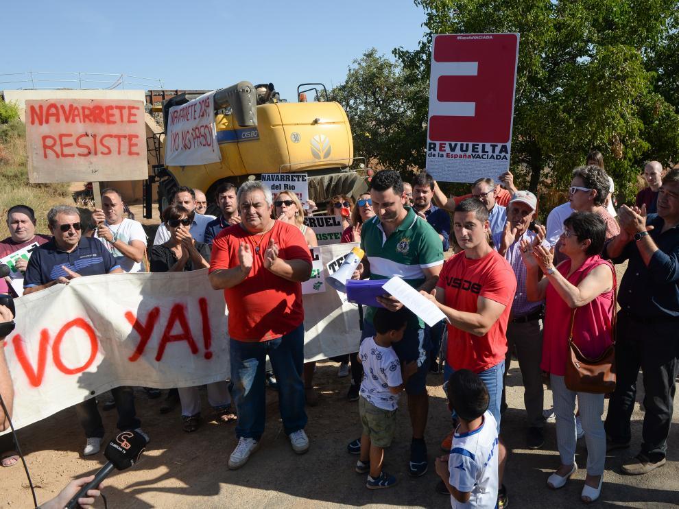 Manifestación en Navarrete para reclamar la mejora del viejo puente ferroviario