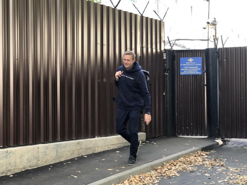 Navalni abandonando la cárcel