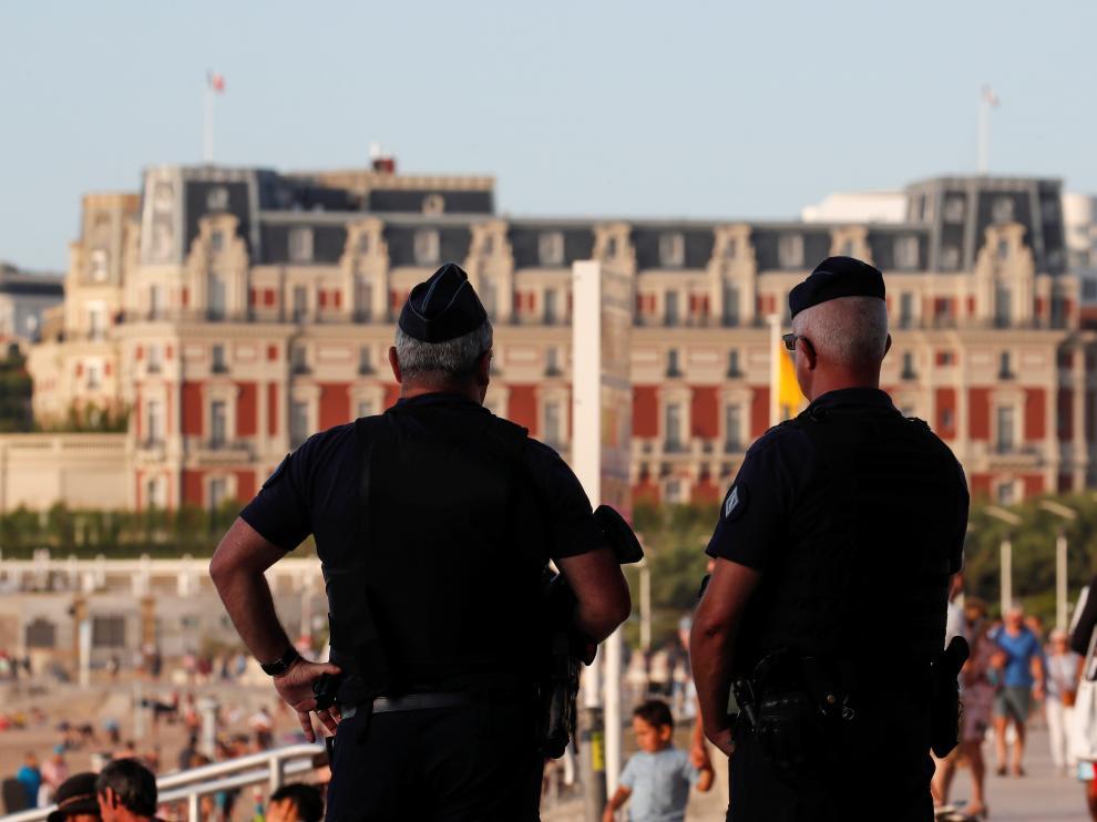 Dos policías vigilan la zona donde se celebrará la cumbre en Biarritz
