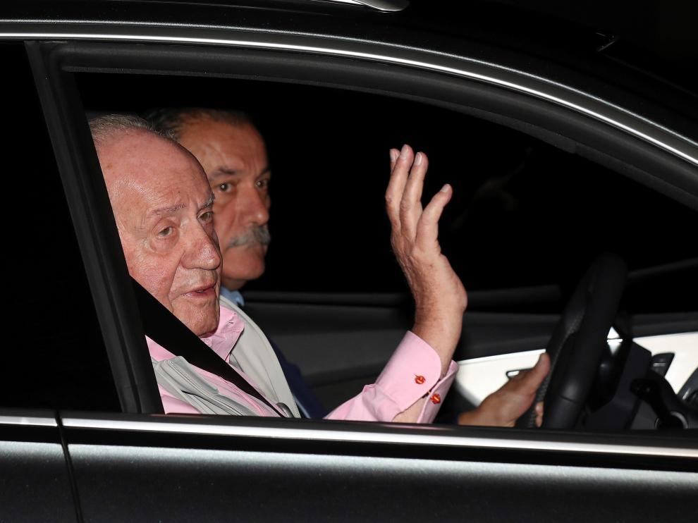 El monarca emérito, a su llegada a la clínica.