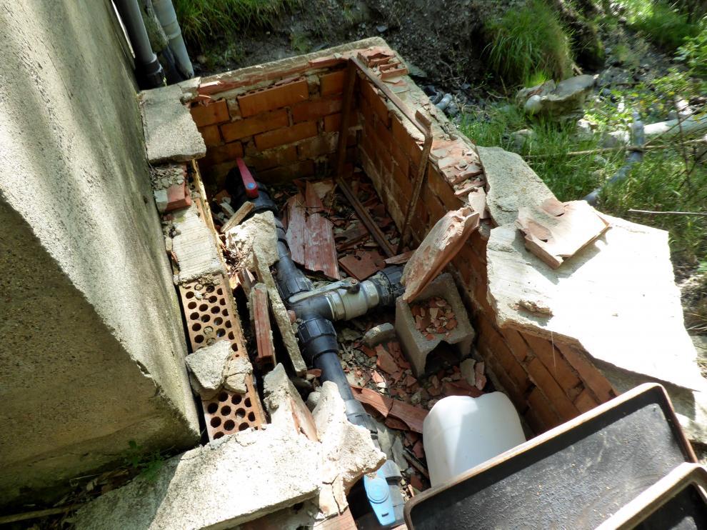 Estado del depósito de captación de agua potable de Cerler.