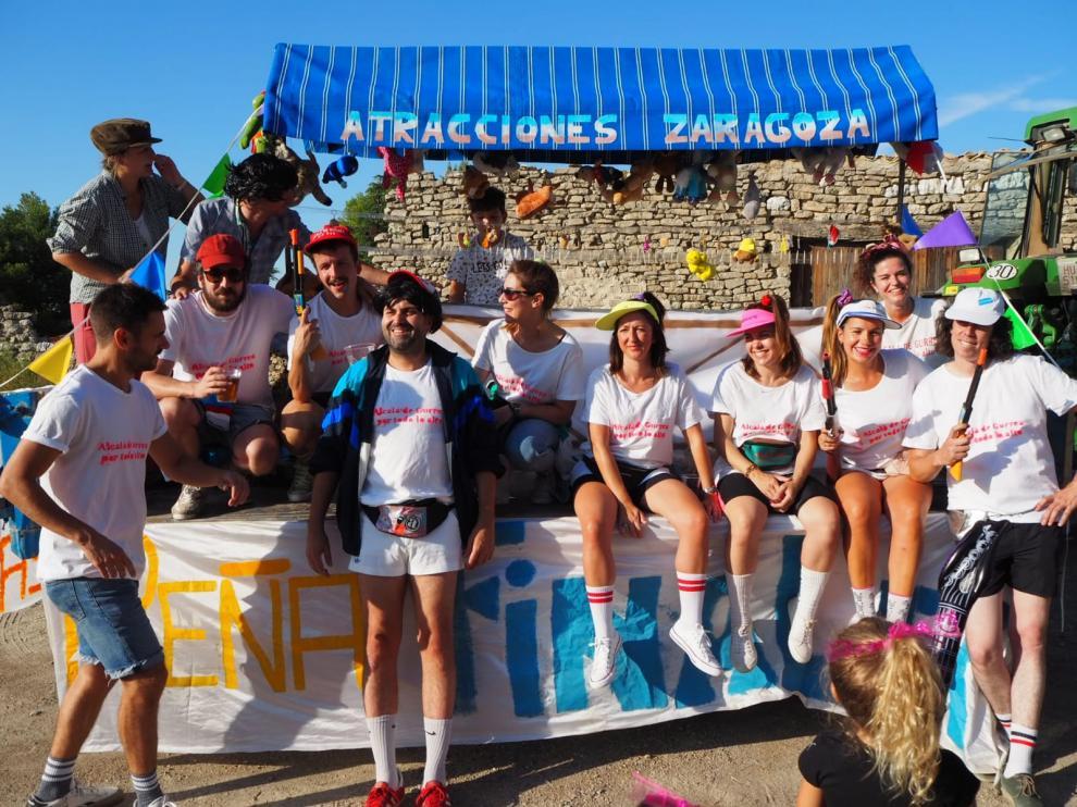 El desfile de carrozas de las peñas llenó este viernes de colorido las calles de Alcalá en el arranque festivo.