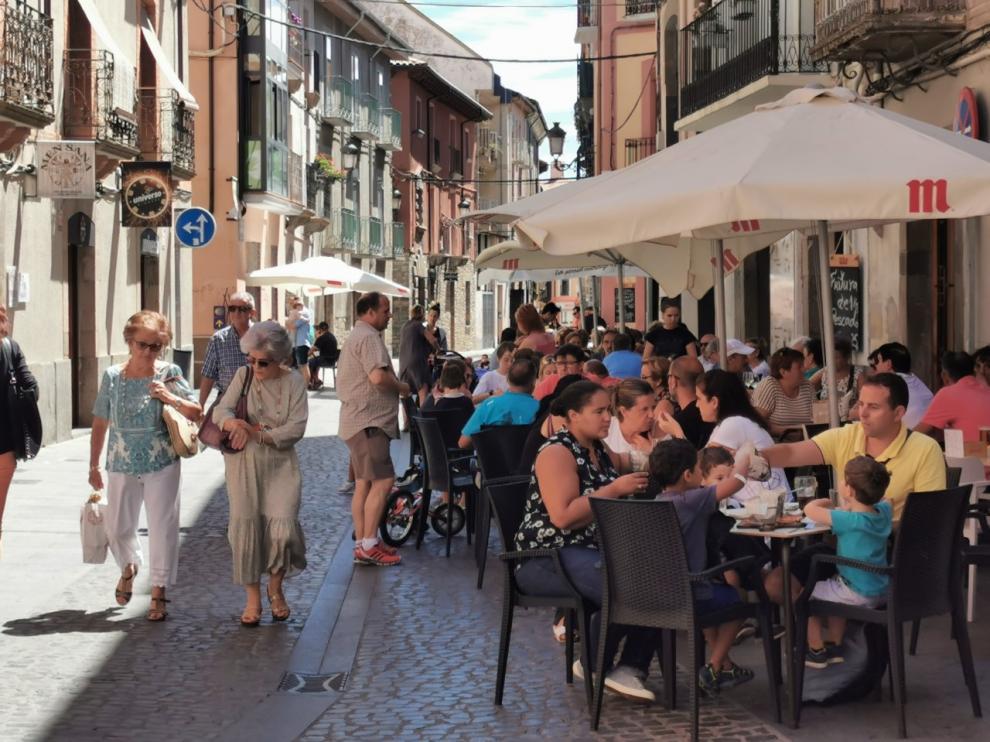 Turistas en las terrazas de Jaca, que absorbe al 75% de los visitantes de toda la comarca.