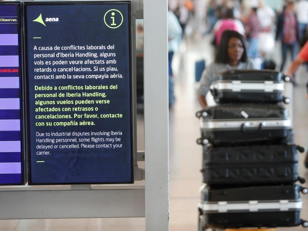 Algunos viajeros se quedan atrapados tras las cancelaciones preventivas de vuelos.