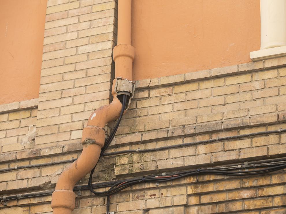 Los cables van conducidos por una tubería de agua en Pignatelli 43.