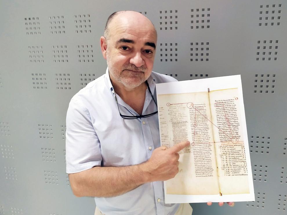 El catedrático Manuel Songel muestra el manuscrito que contiene el relicario de San Juan de la Peña, fechado en el siglo XI, y donde aparece la referencia más antigua del Santo Cáliz que custodia la Catedral de Valencia.