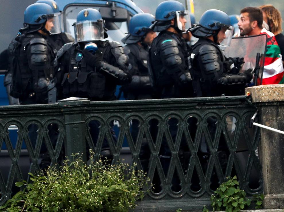 La policía francesa disuelve una manifestación no autorizada de la Contracumbre del G7 en la localidad francesa de Bayona, próxima a Biarritz