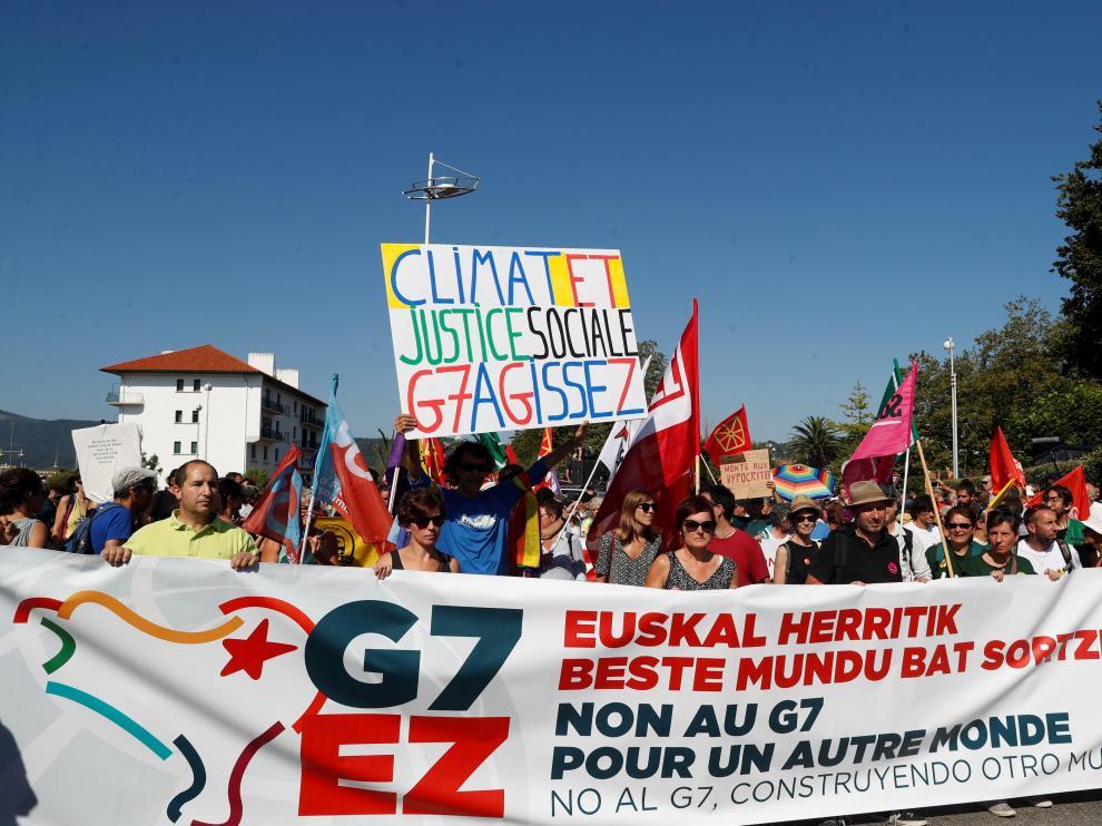 """Miles de personas marchan desde Hendaya en la """"contracumbre"""" del G7."""