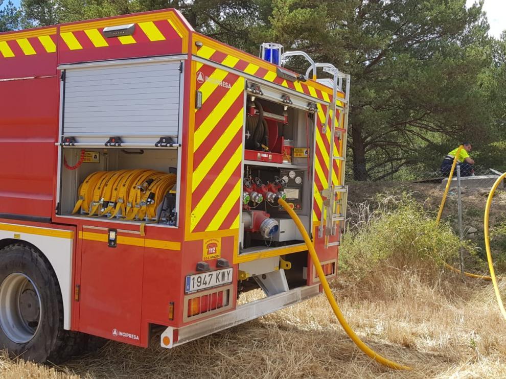 Un camión nodriza suministra agua a la localidad de Jarlata, en la provincia de Huesca