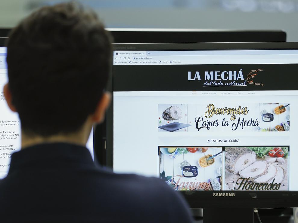 Un usuario navega por la página web de Magrudis, que comercializa la carne mechada 'La Mechá' causante de un brote de listeriosis.