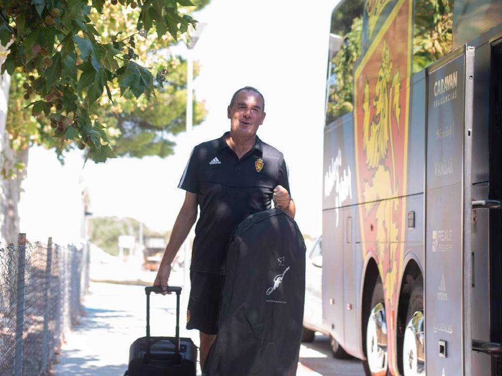 Víctor Fernández, sonriente, sube al autocar en la Ciudad Deportiva para emprender viaje a Ponferrada, al mediodía de este sábado.
