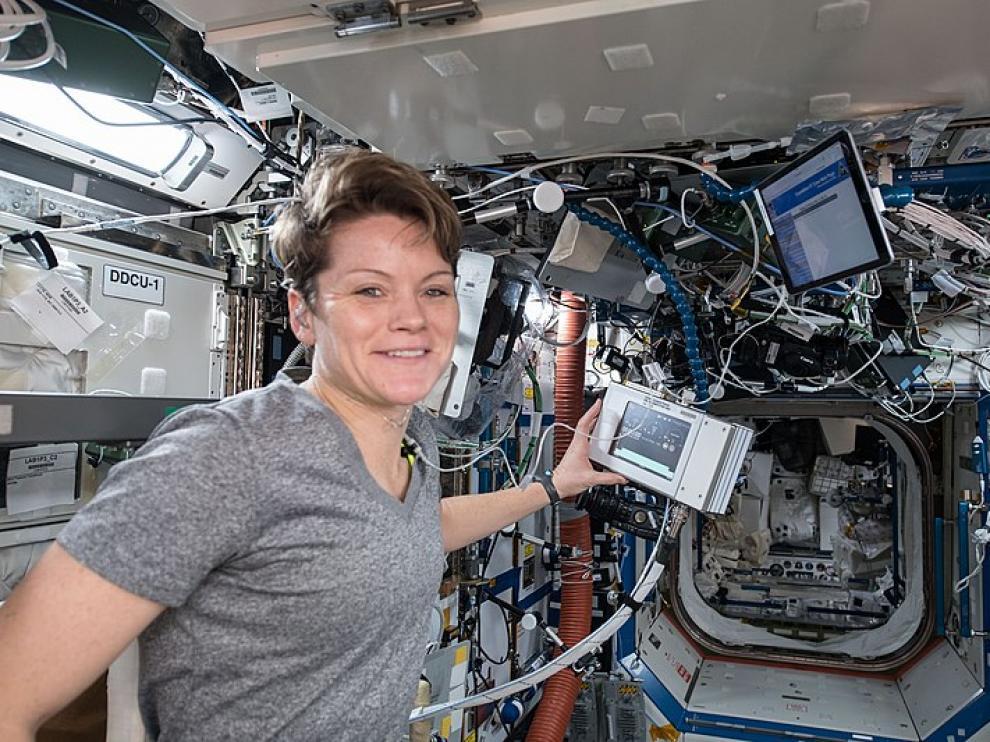 Anne McClain en el laboratorio de la nave Destiny