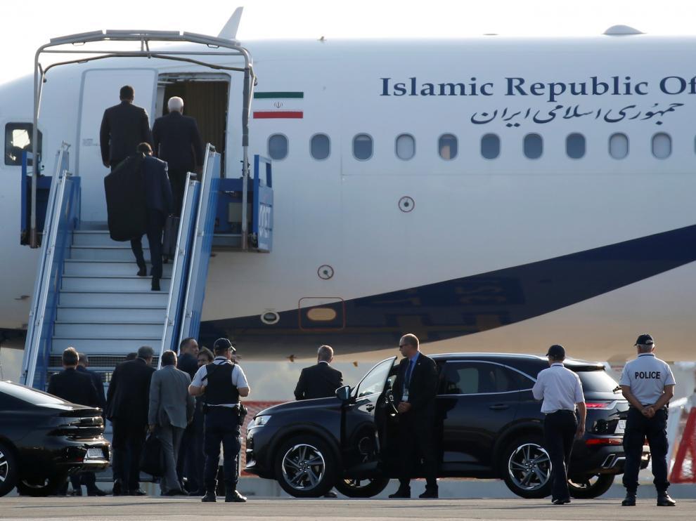 El negociador iraní, Mohamed Yavad Zarif, apareció por sorpresa en la cumbre del G7.