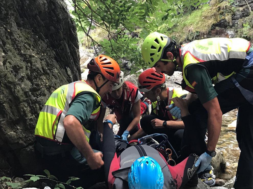 Imagen de un rescate de un barranquista lesionado en Sahún tras un salto a una poza.