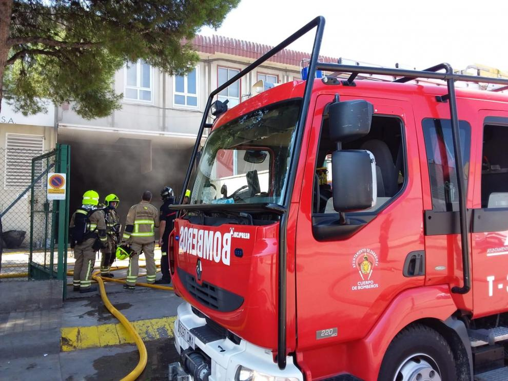 Los Bomberos sofocan un incendio en una nave del polígono El Pilar de Zaragoza