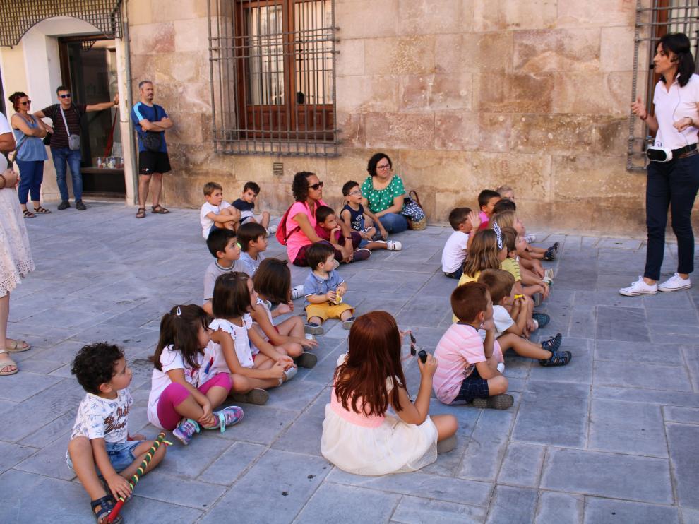Los niños han atendido las explicaciones sobre los populares personajes festivos.