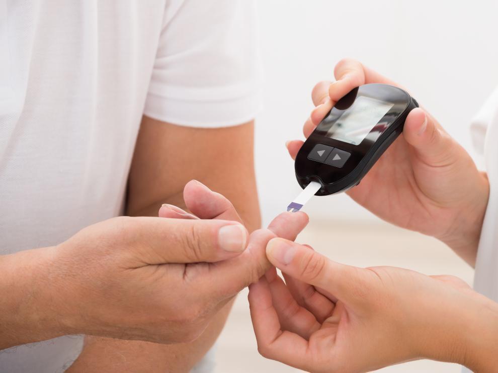 El glucómetro permite a los diabéticos controlar el nivel de glucosa en sangre.