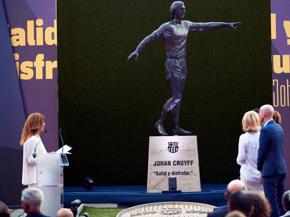 Estatua de Johan Cruyff en el Camp Nou