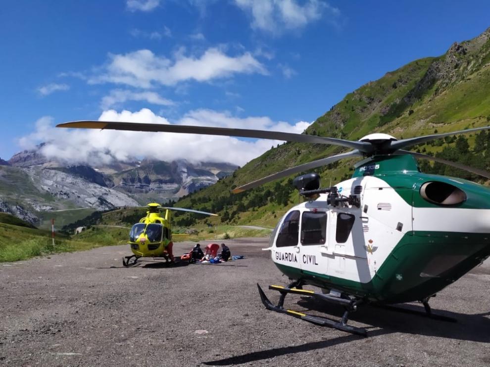 Imagen de archivo de una evacuación en montaña con la colaboración de los helicópteros de la Guardia Civil y del 112.