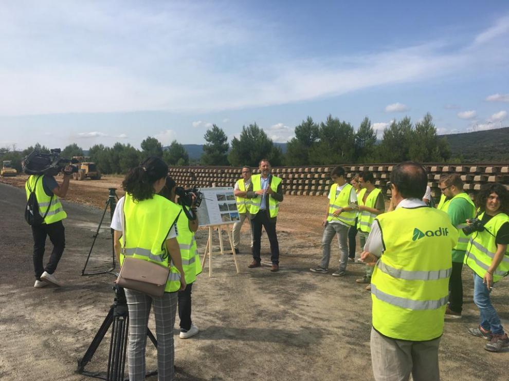 Un directivo de Adif explica a la prensa la actuación en la estación de tren de Barracas.
