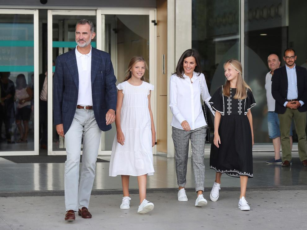 Don Felipe y doña Letizia han visitado al rey Juan Carlos junto a sus hijas Leonor y Sofía.
