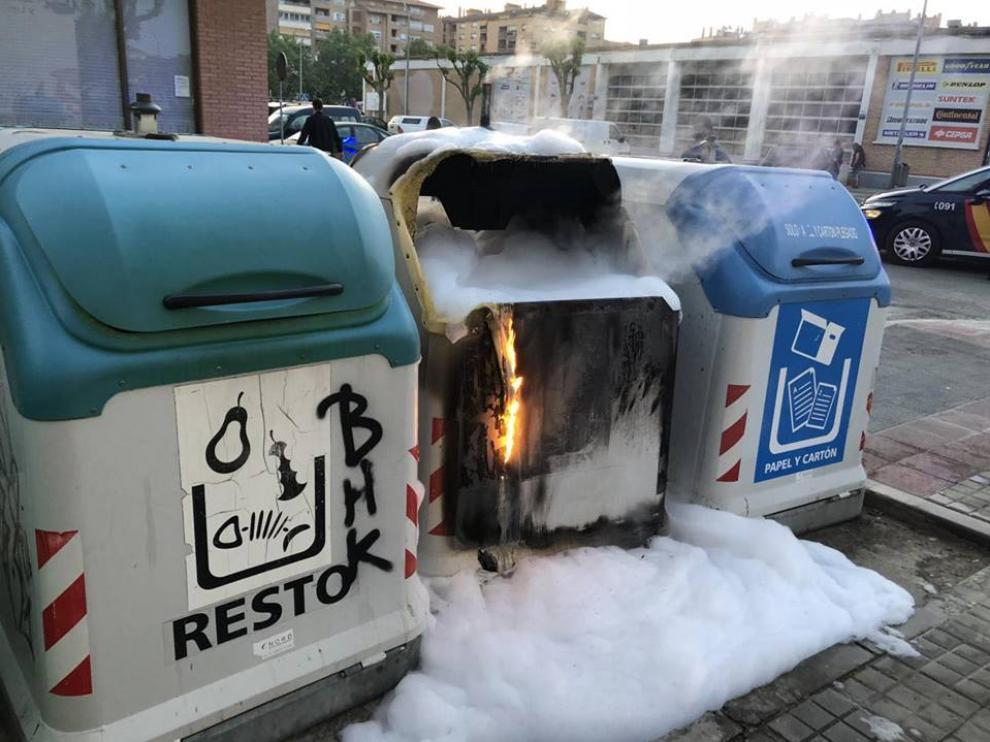 Imagen de archivo de contenedores quemados en Huesca.