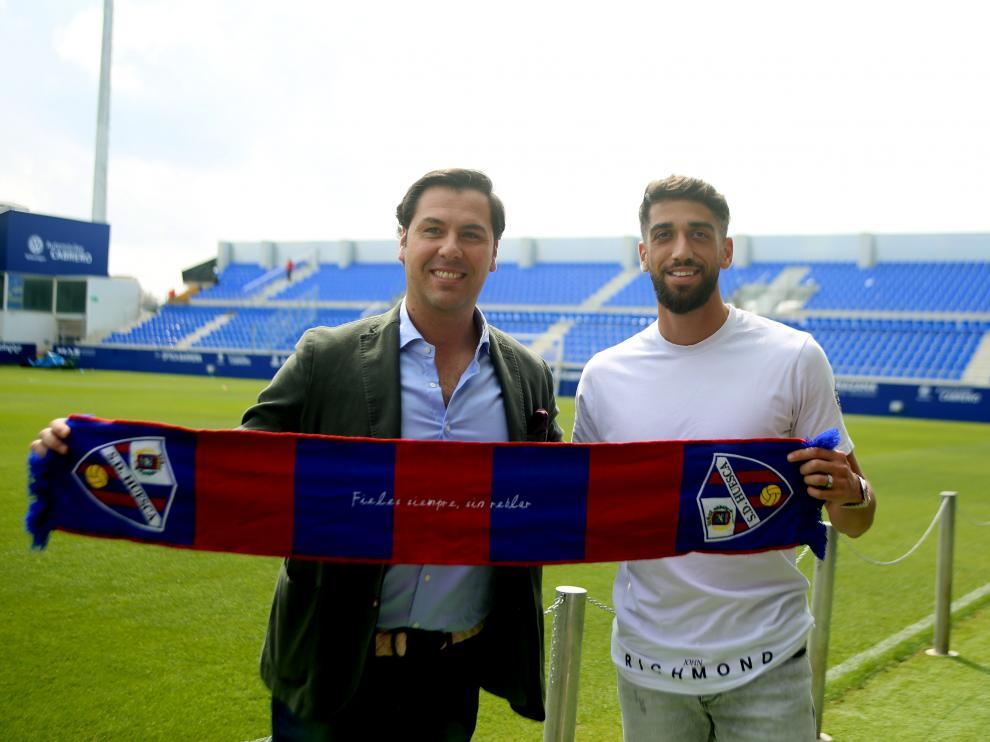 El director deportivo Rubén García junto a Josué Sá, nuevo central de la SD Huesca.