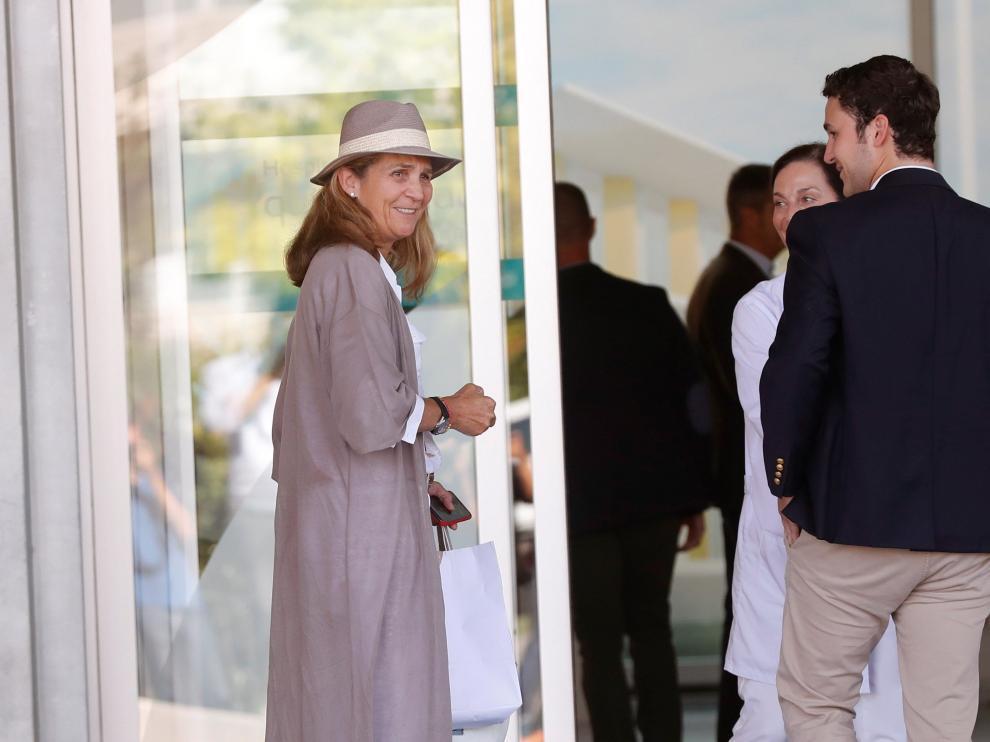 La infanta Elena, acompañada de su hijo Felipe Juan Froilán, d., a su llegada este martes al Hospital Clínico Quirón de Pozuelo de Alarcón para visitar al rey Juan Carlos