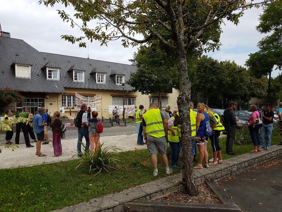 Los ecologistas se concentraron a las puertas de la Prefectura de Olorón y colgaron pancartas.