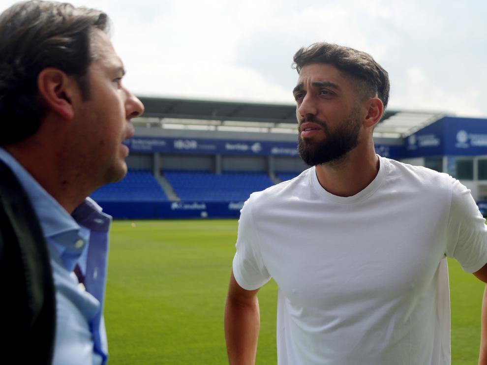 El director deportivo Rubén García conversa con el defensa Josué Sá.