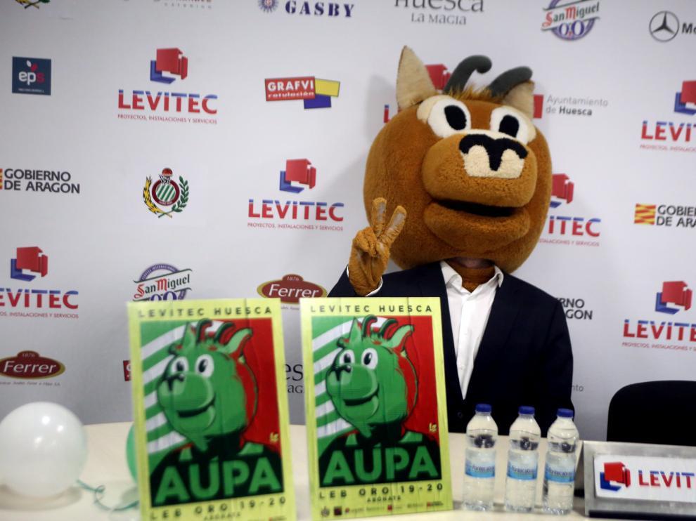Sarry, la mascota del Levitec, junto a los carteles de la campaña de abonados.