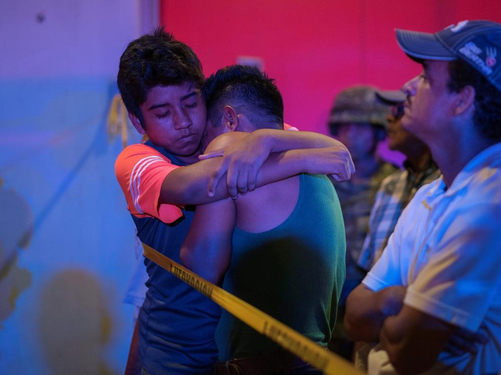 Allegados de las víctimas junto al bar donde ocurrió el suceso