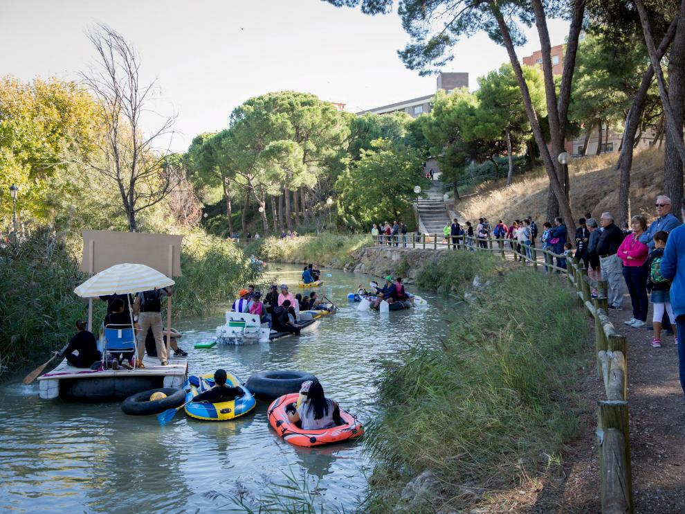 Una imagen de las embarcaciones y los participantes en la última edición de la Bajada del Canal.