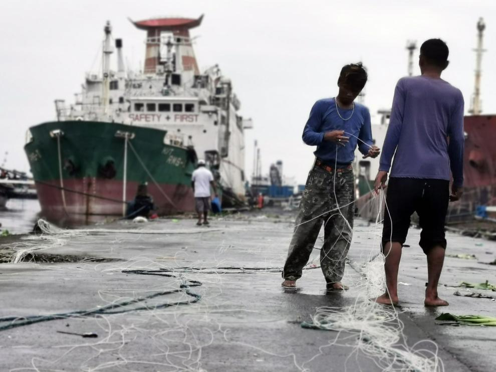 Navotas City (Philippines), 27/08/2019.- Filipino fishermen hold fishing lines next to ships taking shelter inside a seaport in Navotas city, north of Manila, Philippines, 27 August 2019. According to the latest advisory from Philippine Atmospheric Geophysical and Astronomical Services Administration (PAGASA), Tropical Storm Podul intensified from a tropical depression into a tropical storm on August 27, while moving toward Central Luzon with a maximum winds of 65 kilometers per hour and gustiness of up to 80 km/h. (Filipinas) EFE/EPA/FRANCIS R. MALASIG Typhoon Podul forecast in Philippines