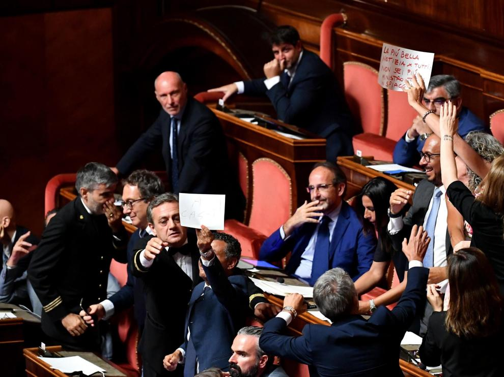 Rome (Italy), 20/08/2019.- PD (Democratic Party) Senators display signs of protest against Deputy Prime Minister and Interior Minister Matteo Salvini during the debate at the Senate over the government crisis in Rome, Italy, 20 August 2019. Deputy Premier and Interior Minister Matteo Salvini and his party League pulled out from government and caused a political crisis a week ago. Italian Prime Minister Conte said that the government has come to an end and that he would resign. (Protestas, Italia, Roma) EFE/EPA/ETTORE FERRARI Italian Premier Giuseppe Conte addresses the Senate
