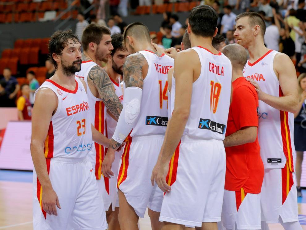 Los jugadores de la selección española de baloncesto se congregan tras caer en el amistoso ante Rusia.