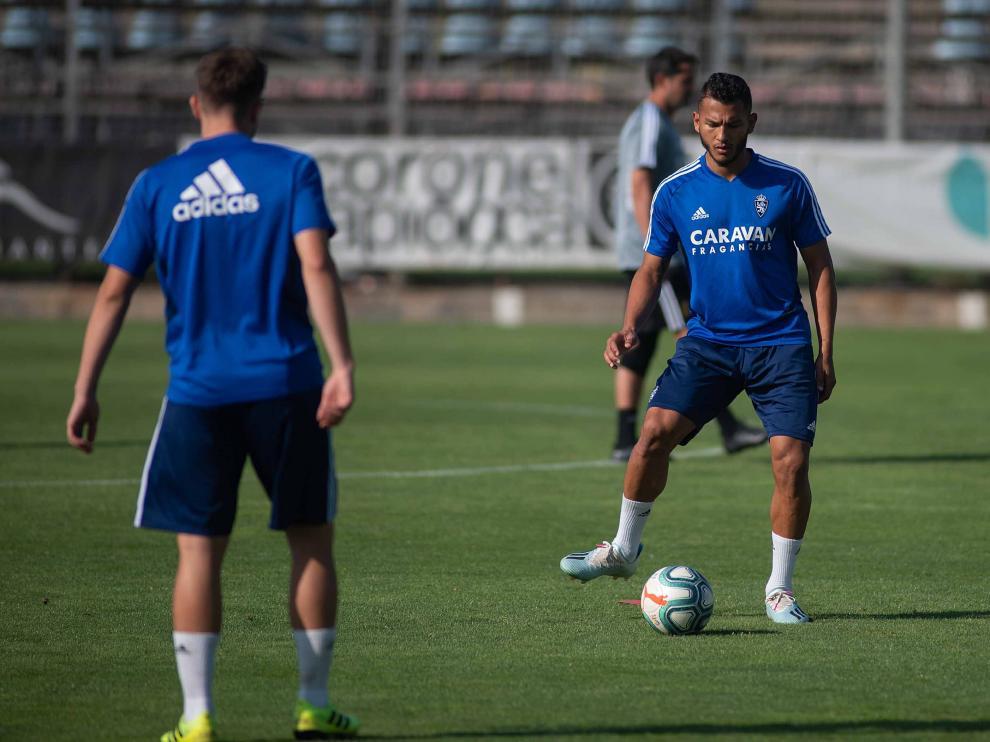 Luis Suárez golpea el esférico en un entrenamiento en la Ciudad Deportiva.