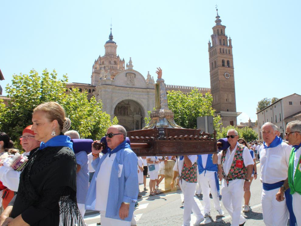 Peñistas de Tarazona se turnan para portar a hombros los restos de San Atilano.