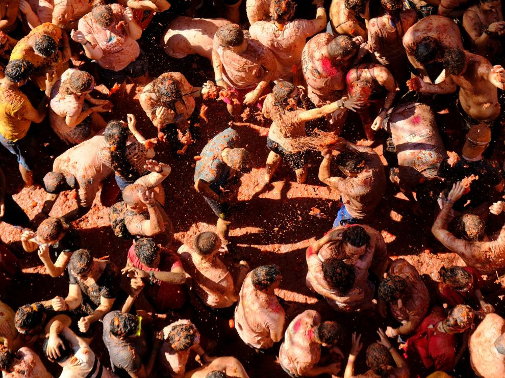 Unas 20.000 personas tiñen de rojo Buñol en la Tomatina.