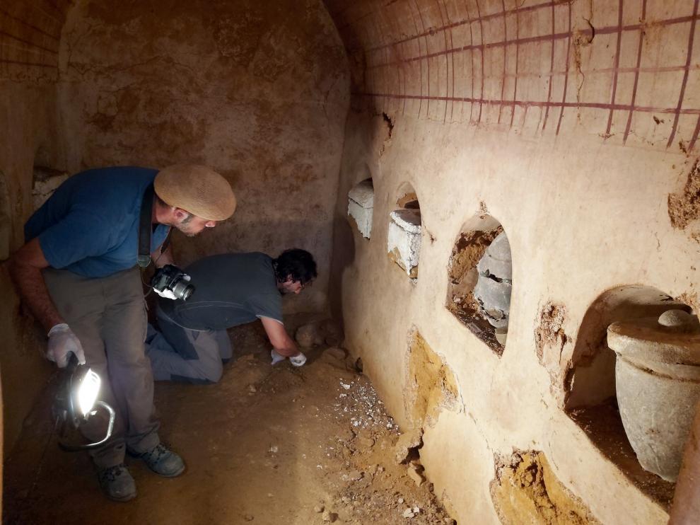 """Descubren en Carmona un mausoleo subterráneo de época romana que conserva """"intactos"""" sus nichos y ajuares."""
