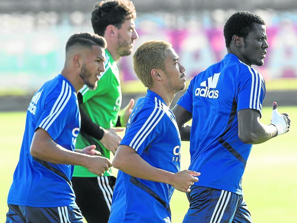 Kagawa, rodeado por Bikoro, Cristian Álvarez y Luis Suárez, en el entrenamiento de ayer en la Ciudad Deportiva