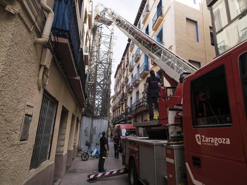 Los bomberos saneando este jueves por la tarde el andamio.