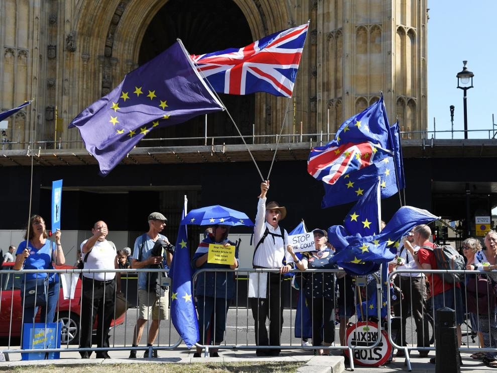 Manifestantes anti 'brexit' se concentran frente al Parlamento británico.