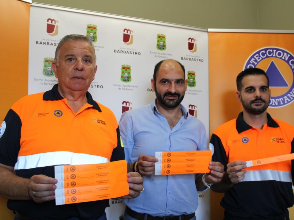 Satué, Torres y Vallés con las pulseras.