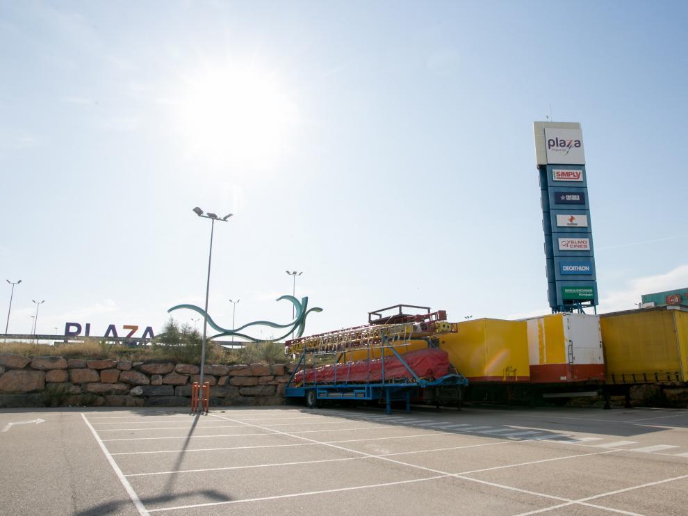 Varios tráilers con el material para montar la carpa del circo están aparcadas en Plaza desde hace días.