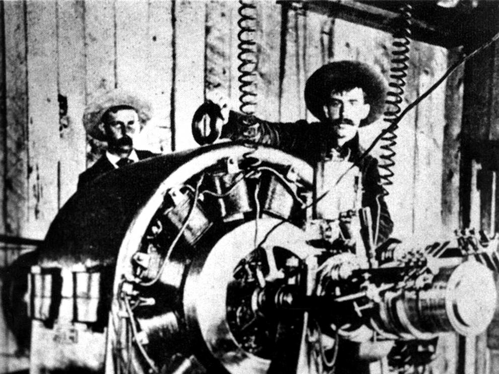 Dos trabajadores junto a un alternador Westinghouse en la central de Ames, en Colorado, en una imagen de 1891